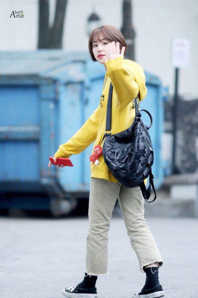 黄色のパーカー